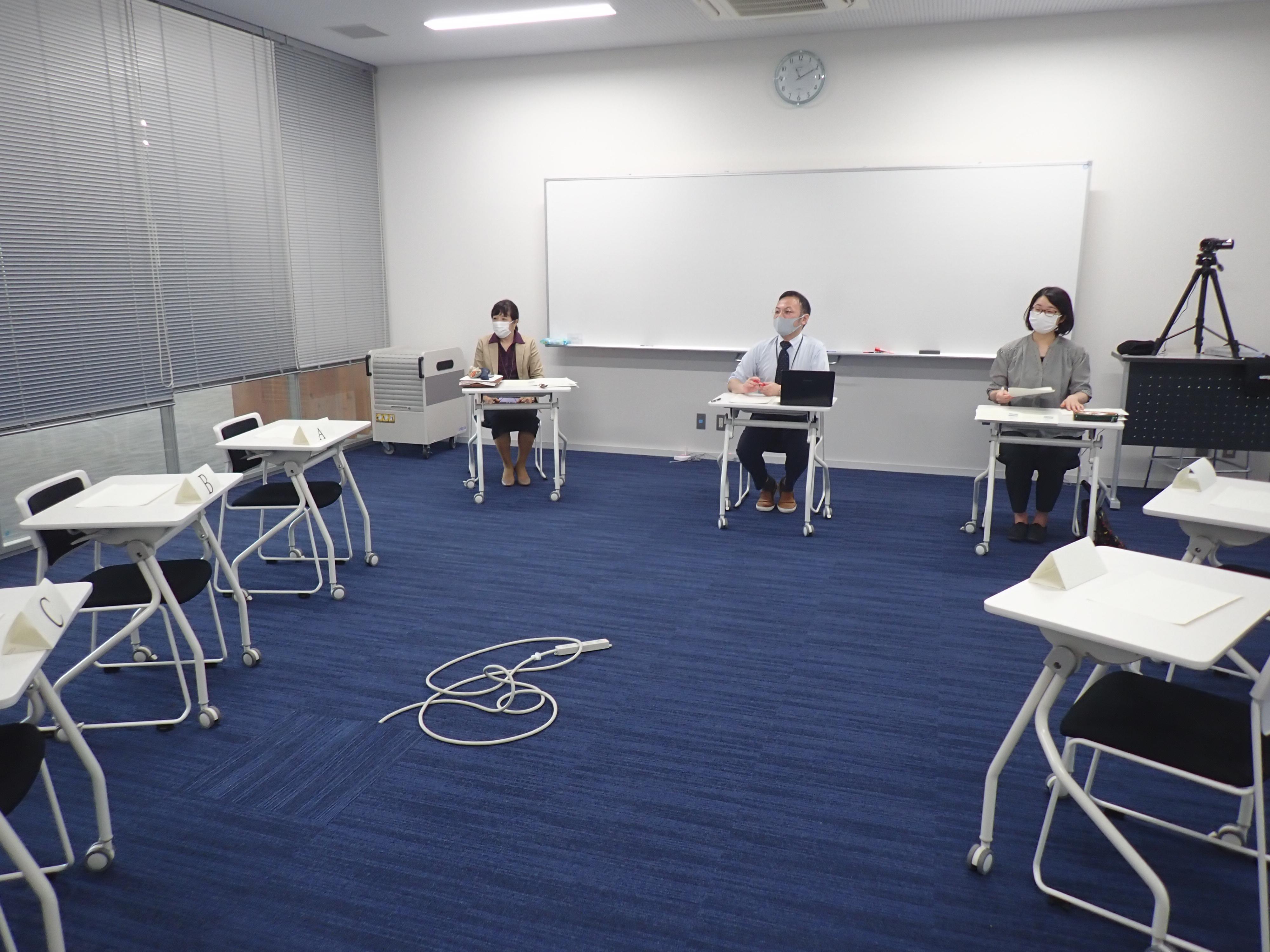 面接官3人が着席し、学生の入室練習を待つ写真