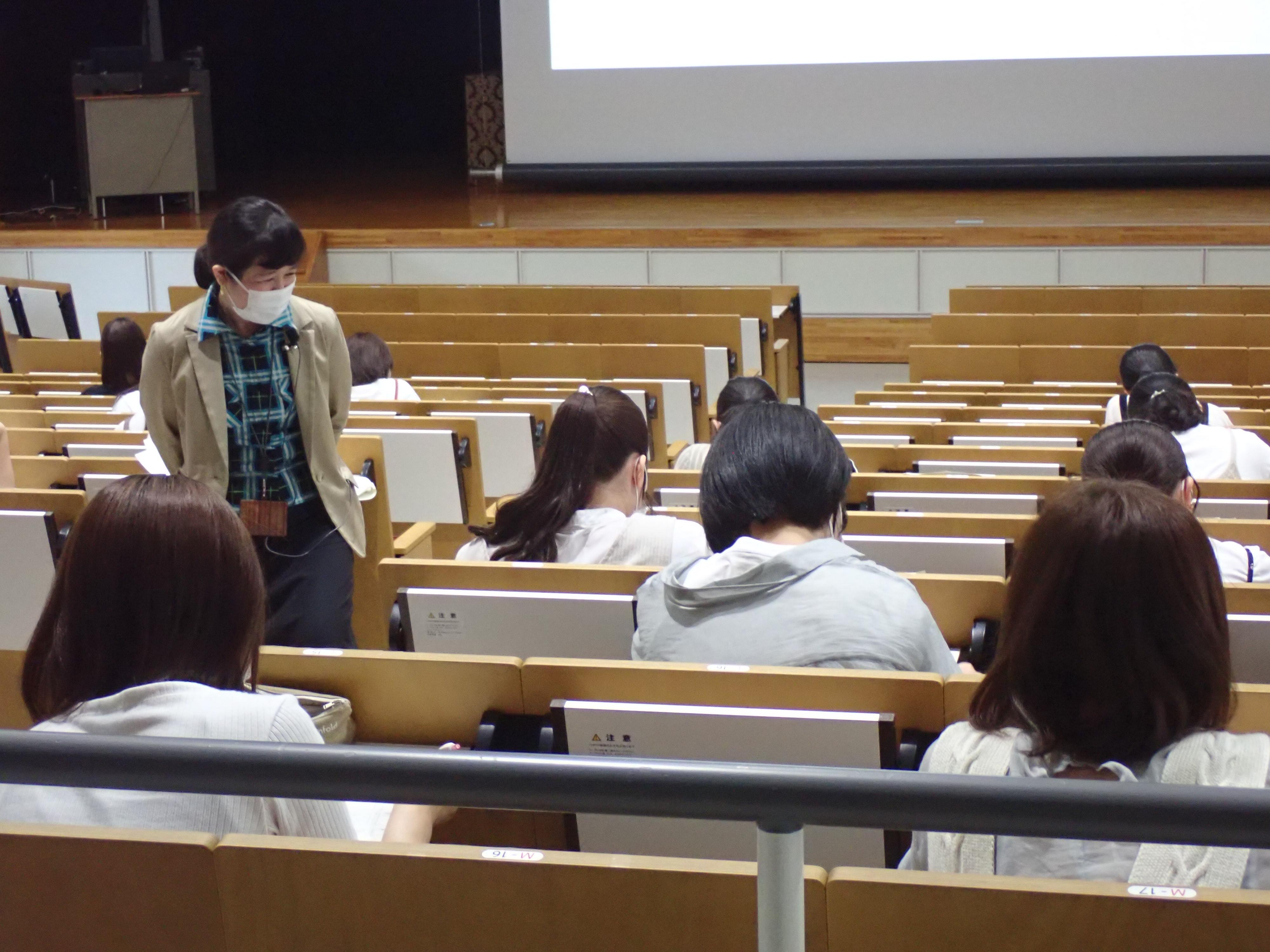 学生と講師(キャリアセンター職員)が対話している写真