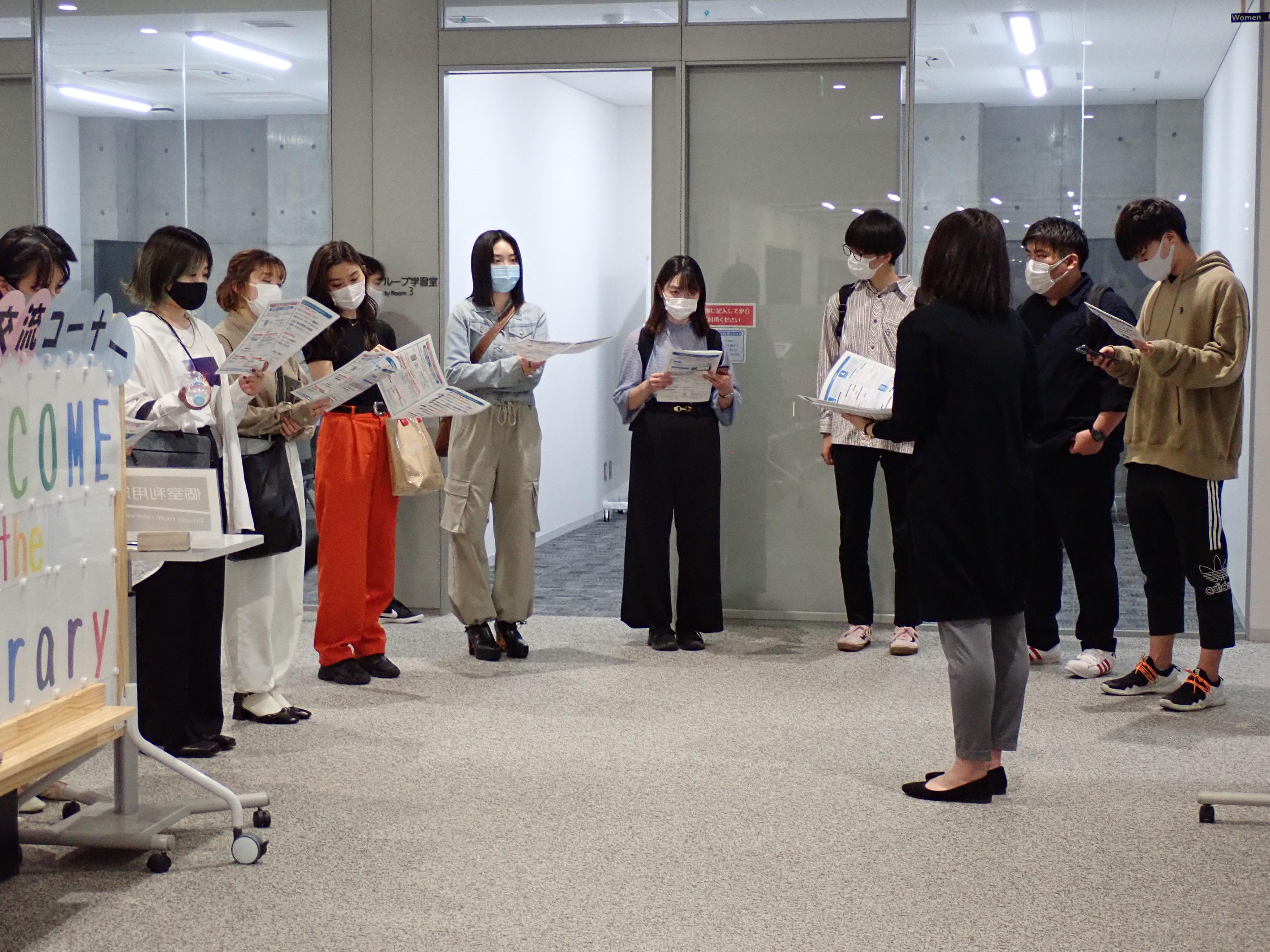 キャリア支援サイトの利用案内を手に、説明を聞く学生の写真